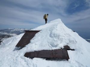 山頂の祠も少し出てます